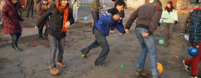 Die Waisen haben Spass beim Kicken