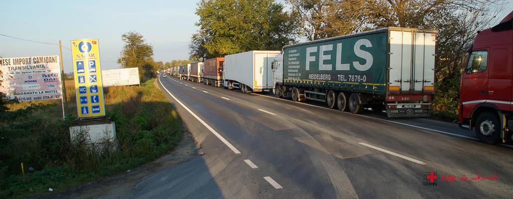 An der Ausfahrt sehe ich die Lkw Richtung Ungarn stehen, zum Glück müssen wir rechts abbiegen!