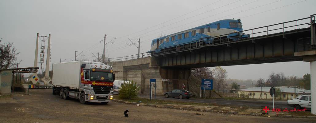 Spannende Brücke bei Tecuci: Oben die Eisenbahn, unten die Strasse