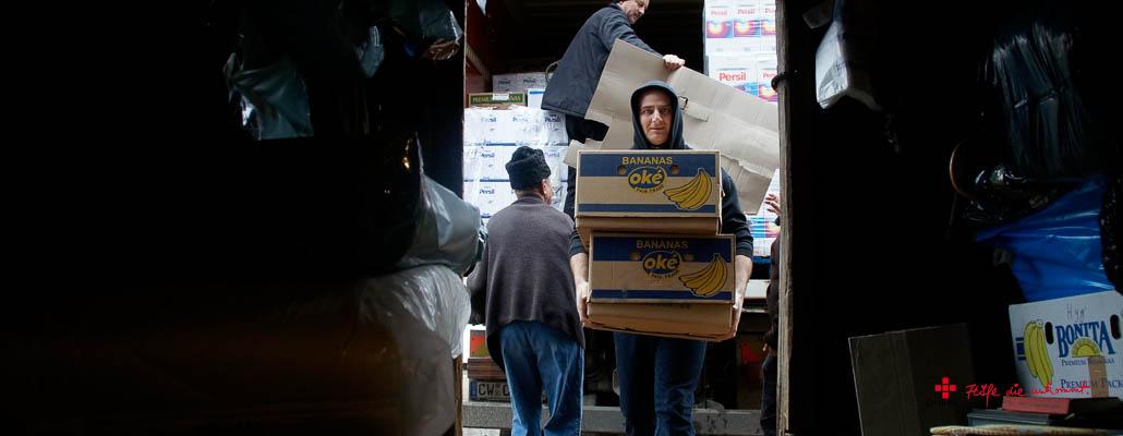 Paket für Paket füllt sich das Lager mit Hilfsgütern