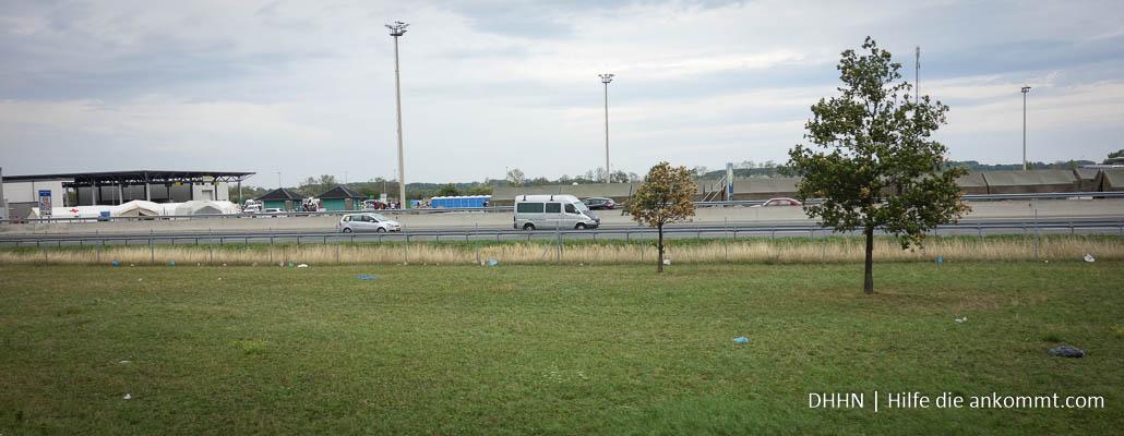 Zelte für Flüchtlinge auf dem Lkw-Zollhof